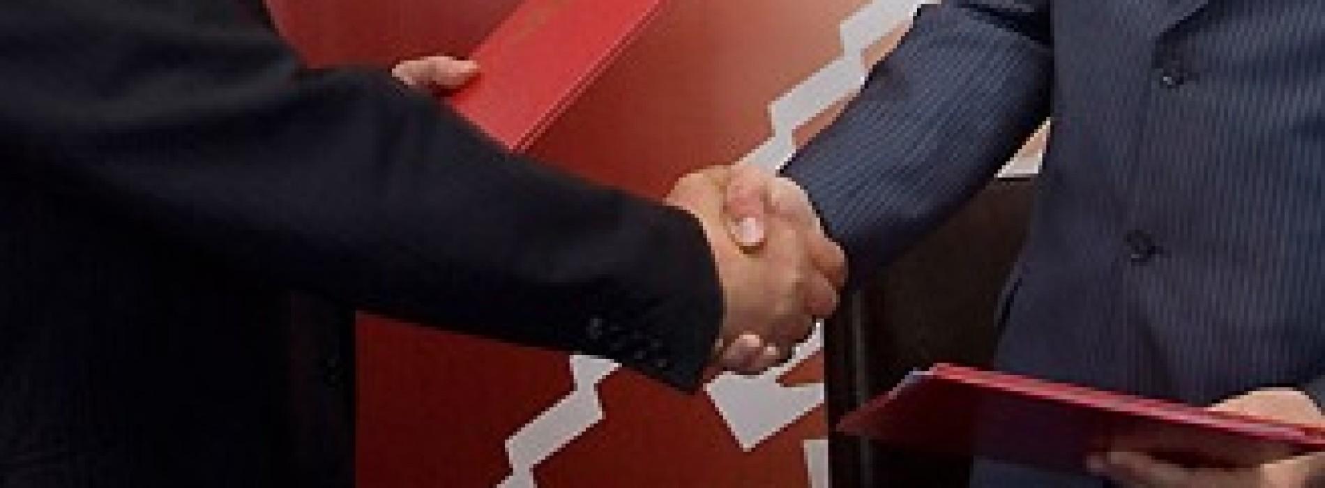 Jakie są ograniczenia w zawarciu umów pomiędzy spółką a jej udziałowcami?