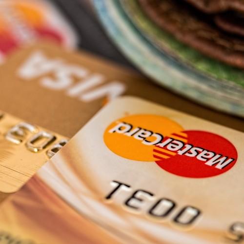 Dobrze dobrana do potrzeb karta kredytowa pozwala oszczędzać! Jak ją wybrać?