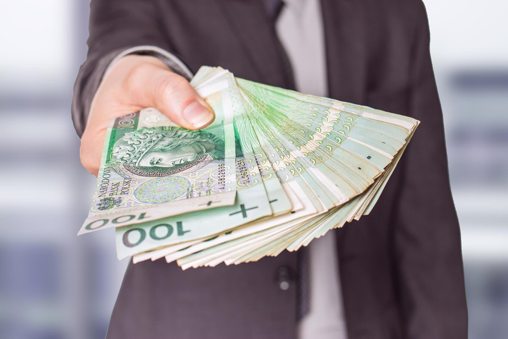 Umowa, na podstawie której pożyczkodawca udostępnia na określony czas pożyczkobiorcy określoną sumę środków pieniężnych, zaś pożyczkobiorca zobowiązuje się w umówionym terminie zwrócić pożyczoną sumę środków pieniężnych, oraz (zazwyczaj) wynagrodzenie (opłatę, odsetki) dla pożyczkodawcy z tytułu ich udostępnienia.Umowa o pożyczkę gotówkową powinna być zawarta w formie pisemnej, o ile przepisy prawa nie stanowią inaczej. Jej treść została przez ustawodawcę określona w Rozdziale 3 ustawy o kredycie konsumenckimw celu zapewnienia jak najwyższego stopnia ochrony prawnej konsumentowi jako podmiotowi nieprofesjonalnemu.
