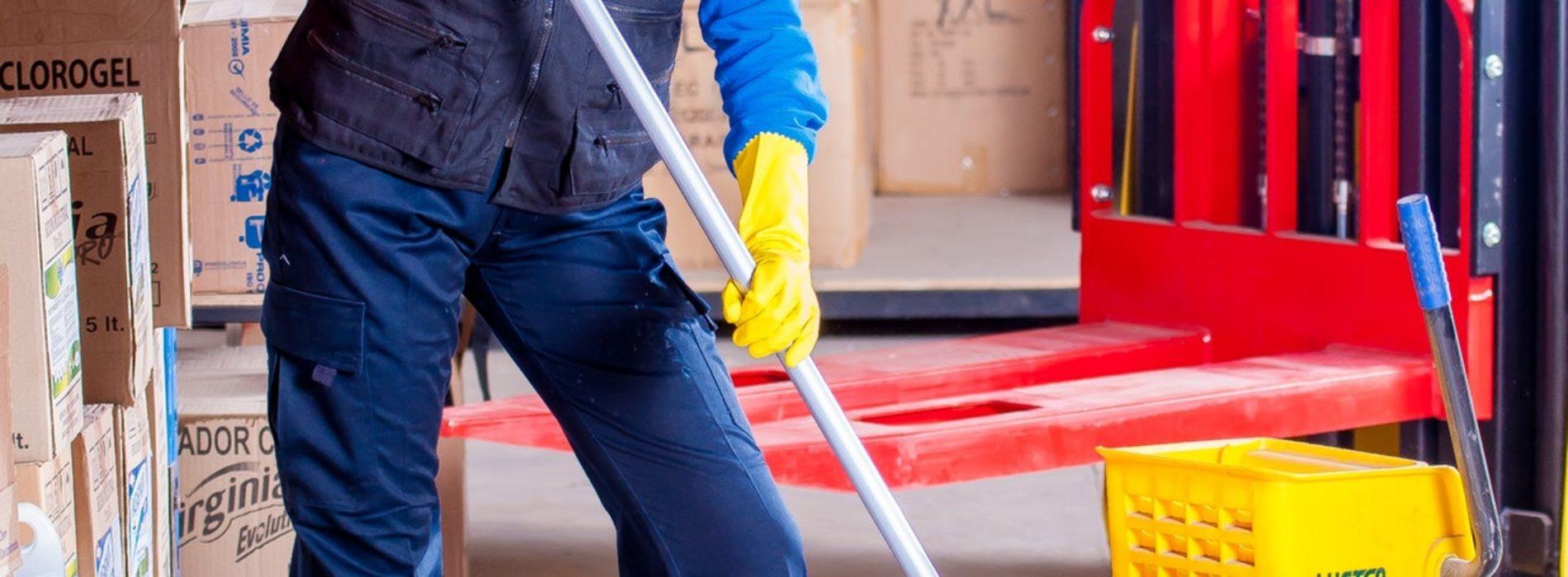 Czy pracodawca musi zapewnić obuwie robocze pracownikowi?