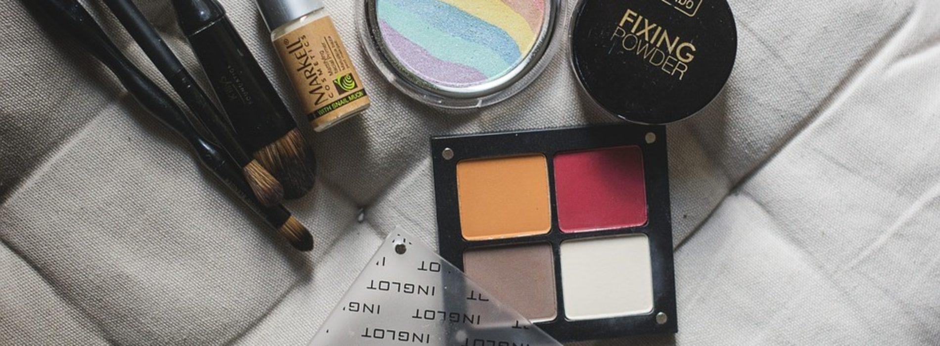 Jakie miniaturowe kosmetyki najlepiej jest zabrać ze sobą w podróż