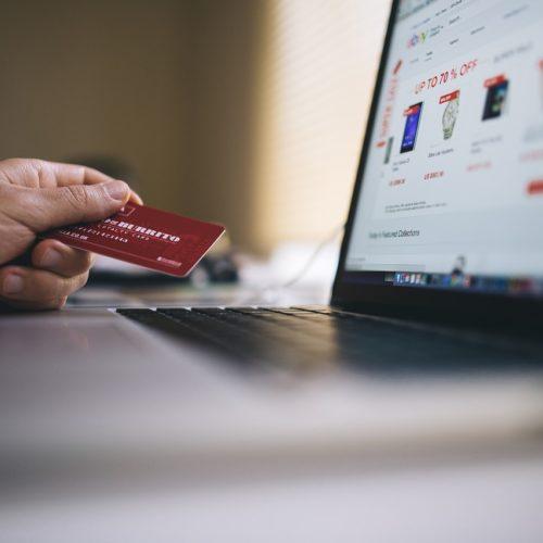 Seniorzy coraz chętniej kupują w sieci. E-sklepy muszą się dostosowywać do tej grupy klientów