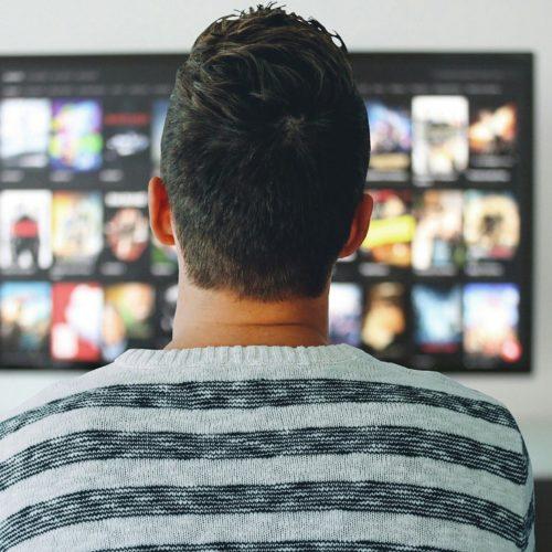 8 na 10 internautów łączy oglądanie TV z przeglądaniem smartfona. Zjawisko to wykorzystują reklamodawcy