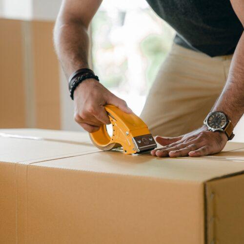 Od nadawcy do odbiorcy – jak wygląda proces dostarczenia przesyłki kurierskiej?