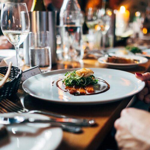 Restauratorzy szukają szans na odbicie po wielomiesięcznym zamknięciu. Rosnąca inflacja i zadłużenie wywołały wzrost cen w gastronomii