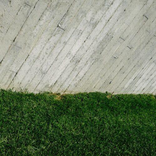 Ogrodzenia betonowe ciągle w modzie. Jakie są ich zalety?